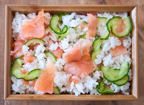 Salata sa pirinčem i dimljenim lososom