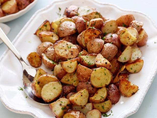 Krompir iz rerne sa bijelim lukom