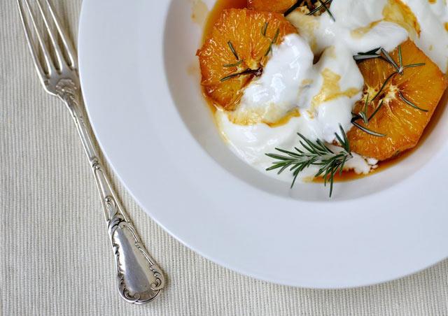 Karamelizirane narandže sa jogurtom
