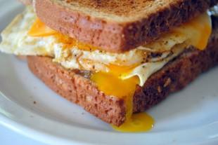 sendvic-sa-jajetom-na-oko1