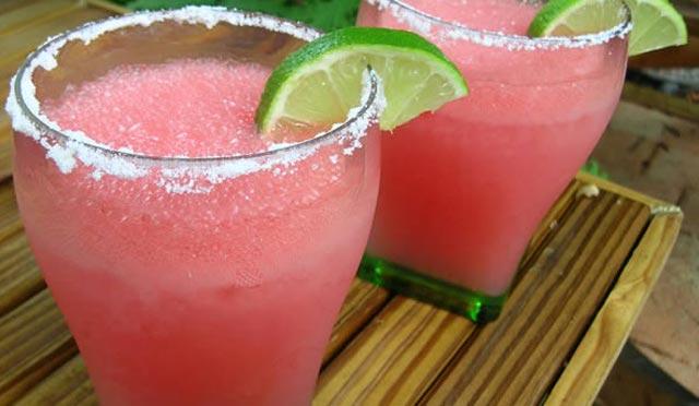 Ledeni napitak od lubenice i jagode