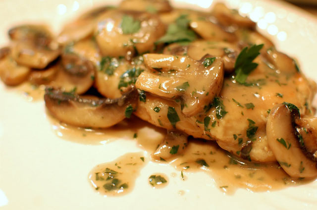 Piletina u sosu od vina i gljiva