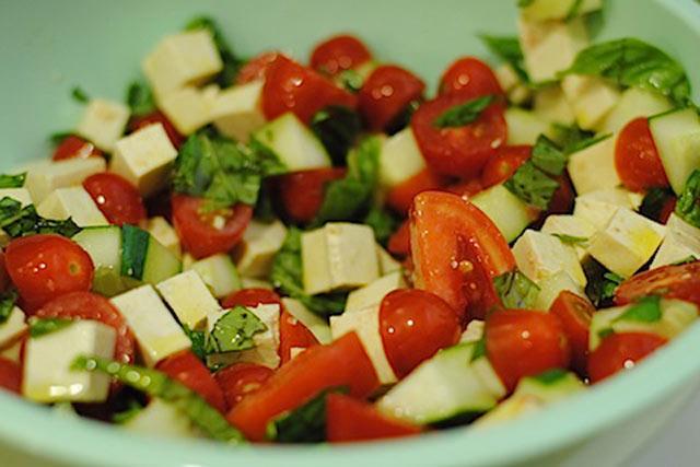 Salata od paradajza, krastavca i tofu sira
