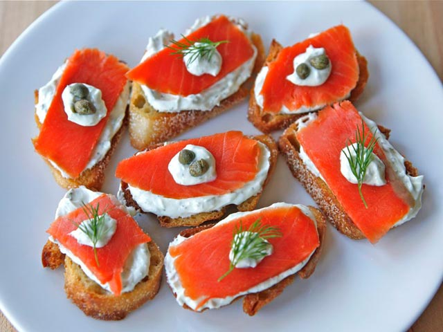 Tost sa hrenom i lososom