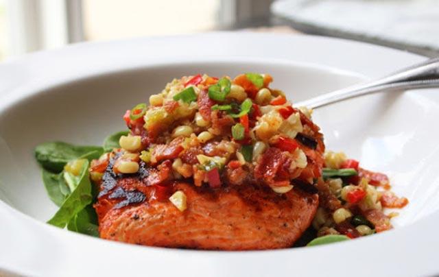 Pečeni losos sa preljevom od slanine i kukuruza