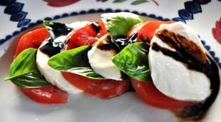 salata-od-paradajza-i-mocarele-sa-balzamicnim-sircetom1