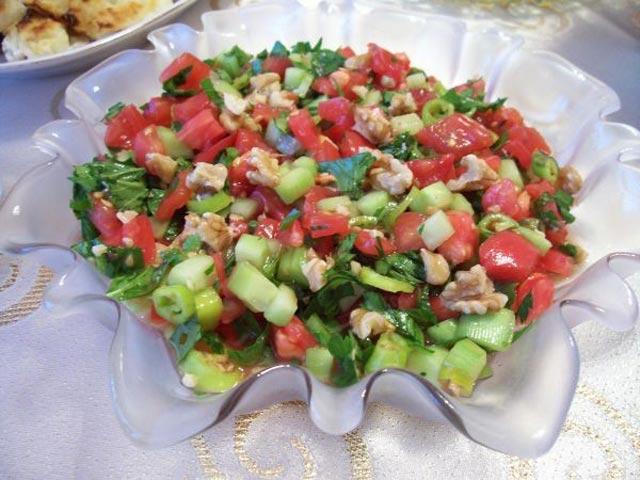 Salata sa paradajzom i orasima