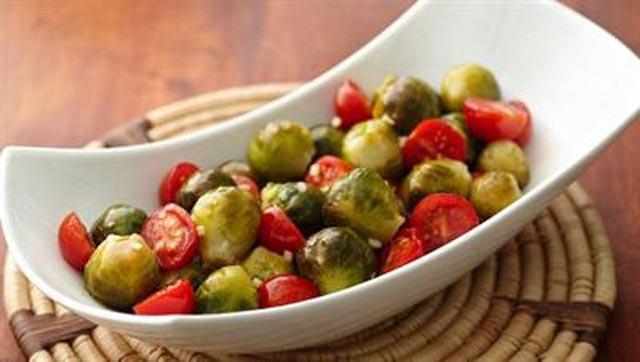 Paradajz i prokulice na salatu