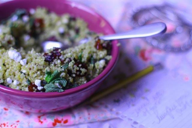 Salata od quinoe, mente i brusnica