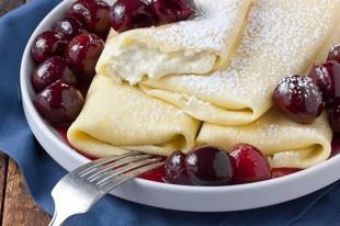 palacinke-sa-sladoledom-od-vanilije-i-sosom-od-visanja1