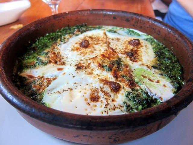 Jaje na mesu, riži i špinatu