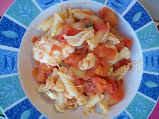 Tjestenina sa paradajzom i mozzarellom