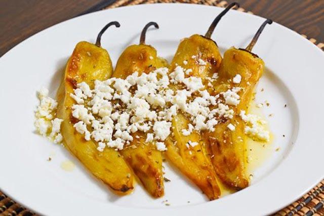 Salata od pečenih paprika sa feta sirom